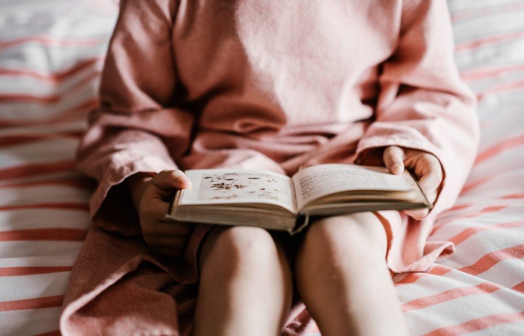 Attività da fare in casa per non annoiarsi in quarantena: leggere un libro