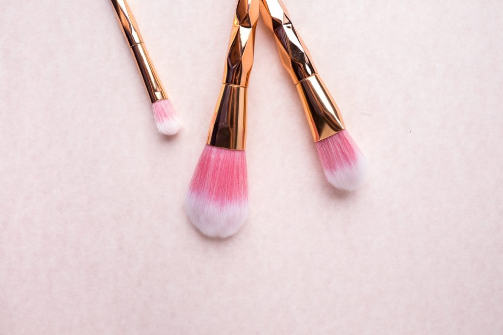 Suggerimento di attività da fare in casa: Pulire i pennelli